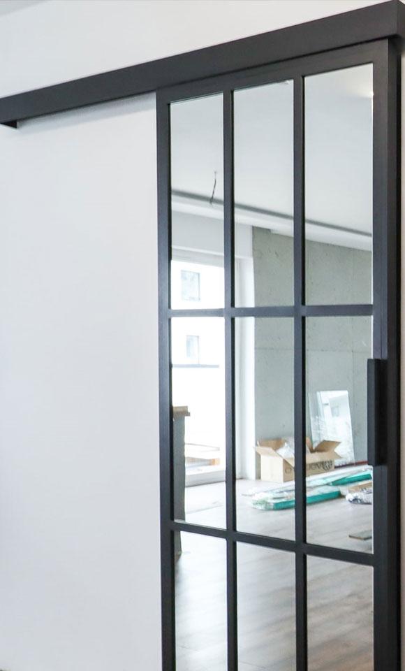 drzwi przesuwne stalowe z szybą